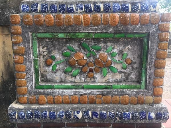 Hình 10: Hình hoa lá ở phần đế trụ biểu đình Dạ Lê Chánh, Huế