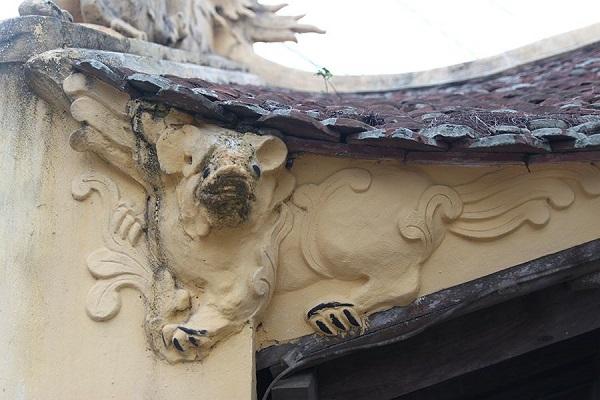 Linh vật nghê ở cầu ngói Chợ Lương bị tô trát biến dạng