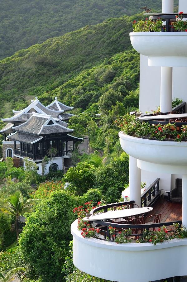 Từ tổng thể cho đến từng phòng ở, resort đều chú trọng việc đặt công trình vào thiên nhiên nhằm khơi gợi các giác quan tích cực cho người thụ hưởng.