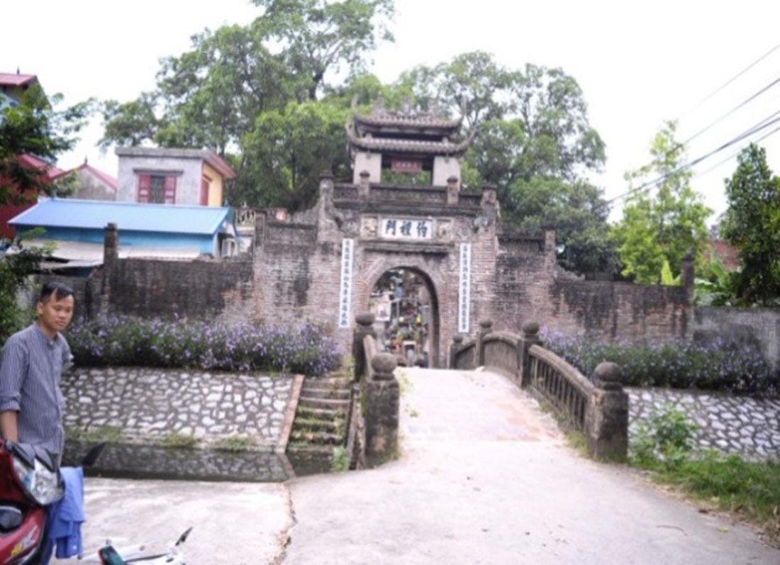 Cổng làng Ước Lễ trước và sau khi được tạo cảnh quan bổ sung (Hình 1)