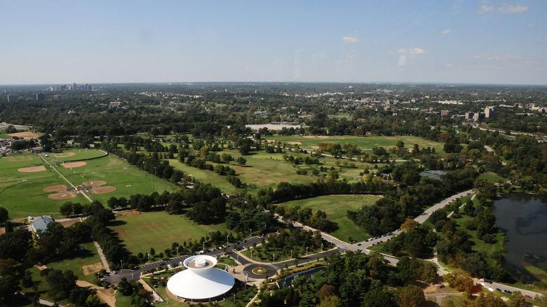 Toàn cảnh công trình nằm trong công viên rừng của Saint Louis (Ảnh: David Lancaster)