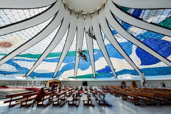 Thánh đường Brasília được nhìn từ bên trong với nội thất vô cùng ấn tượng và lộng lẫy (Ảnh: Gonzalo Viramonte)