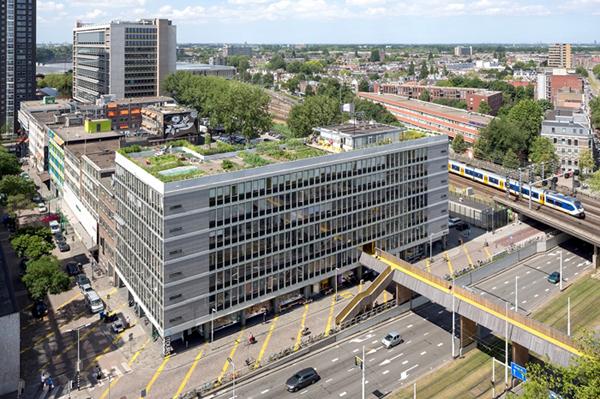 Công ty kiến trúc ZUS đã mua lại tòa nhà văn phòng Schieblock (Rotterdam, Hà Lan) để tái phát triển thành một không gian văn phòng tập thể cho các ngành công nghiệp sáng tạo cũng như trụ sở của chính họ: Điều này đã mang lại cho họ một vai trò mới và độc lập hơn trong việc kích hoạt các khu phố xung quanh, dẫn đến một số dự án thú vị ngay chính trong tòa nhà như trang trại trên mái và cây cầu đi bộ trên cao để kết nối với các không gian xung quanh. Nguồn: https://www.archdaily.com/770488/the-luchtsingel-zus/55ac1ed6e58ece12db0001f2-the-luchtsingel-zus-photo?next_project=yes