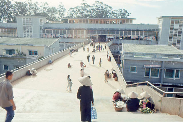 Hình 4: Hành lang kết nối khu quảng trường chợ và chợ mới (Ảnh chụp bởi: Anthony LaRusso)