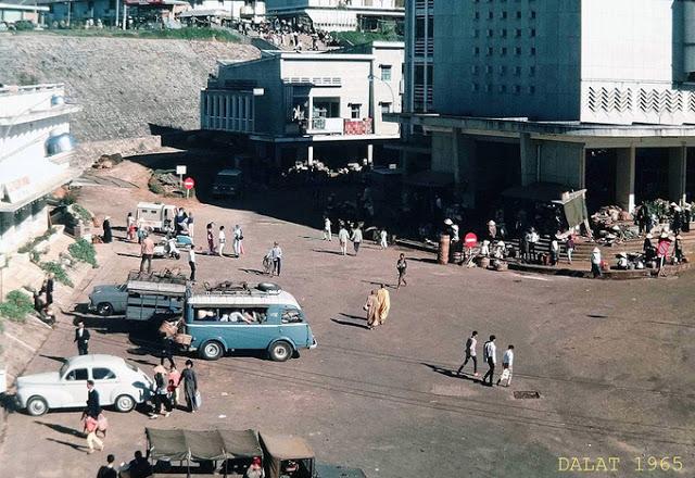 Hình 5: Hình ảnh khu chợ mới 1965, mang nét tương đồng với khu công trình rạp Hòa Bình. (Ảnh: Tư Liệu ảnh Đà Lạt)