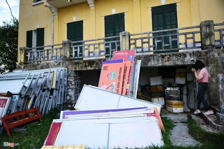 Hình 7: Bên ngoài dinh bị chiếm làm nơi cất giữ đồ đạc, dụng cụ biểu diễn. (ảnh: vietnamnet)