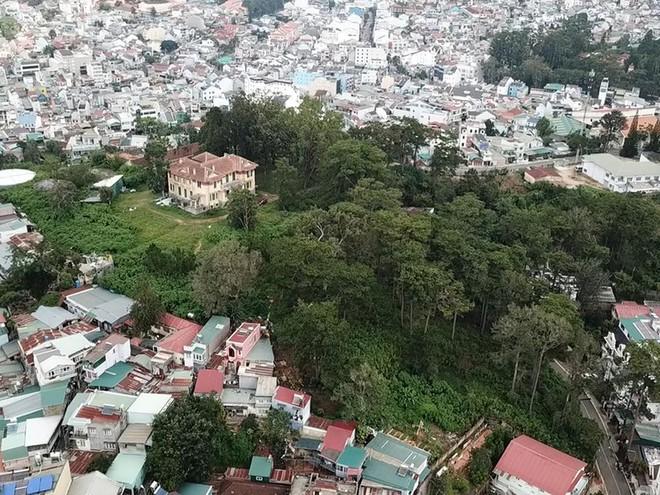 Hình 13: Góc nhìn khu Dinh tỉnh trưởng, mảng xanh hay di sản còn sót lại giữa công trình đô thị chen chúc, đang dần bị ăn mòn. (ảnh: Tuổi trẻ & Pháp luật plus)