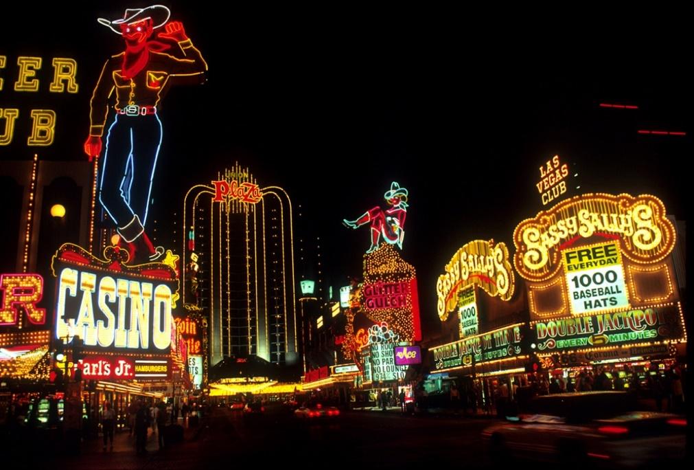 Las Vegas về đêm – Kiến trúc kiểu nhà kho được trang trí (Ảnh: Jean Beaufort, giấy phép: Public domain)