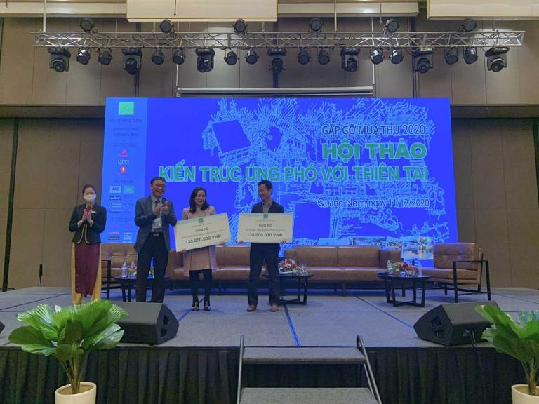 TS.KTS Phan Đăng Sơn - Chủ tịch Hội KTS Việt Nam trao tiền ủng hộ Miền Trung