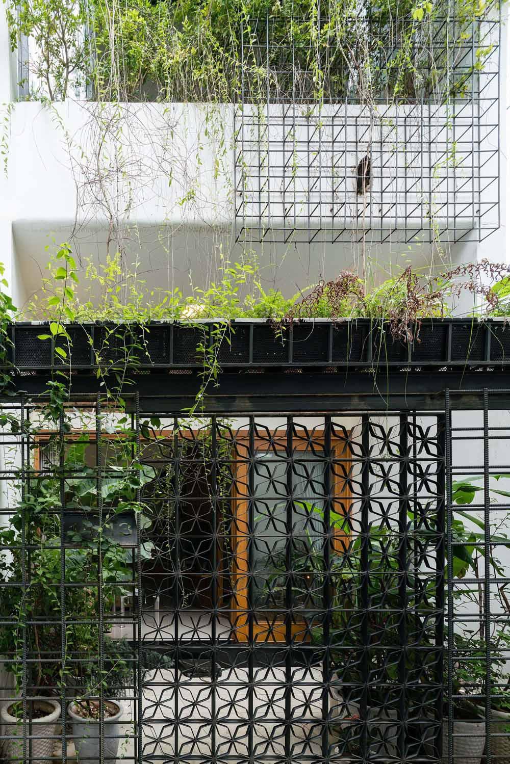 Mảng xanh trước nhà tạo điểm nhấn, làm mát công trình và đảm bảo sự riêng tư.