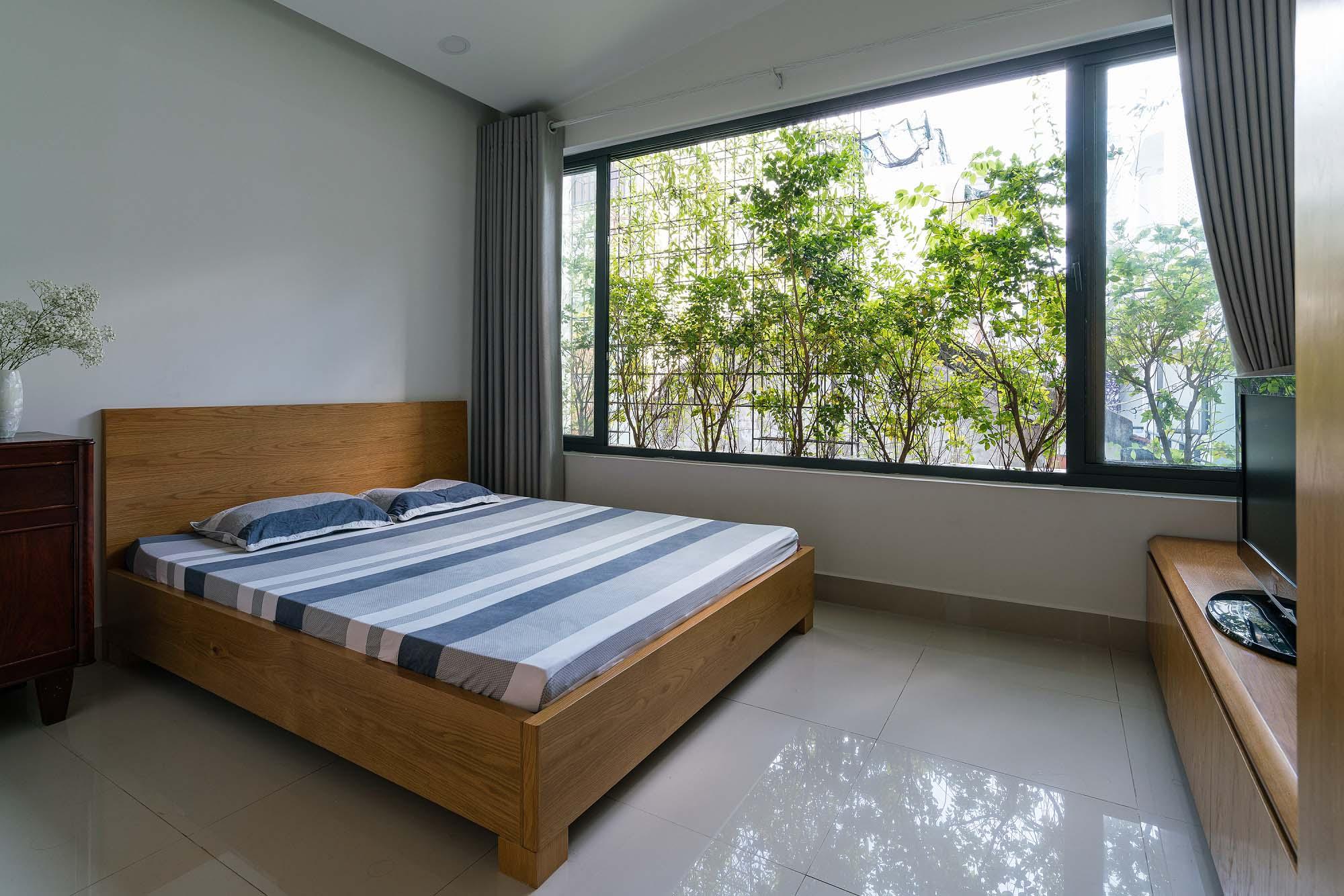 Nhà ít người nên chỉ có hai phòng ngủ trên tầng hai. Nhờ các mảng xanh ở mặt tiền và hông nhà, các phòng ngủ đều được tiếp xúc với thiên nhiên.