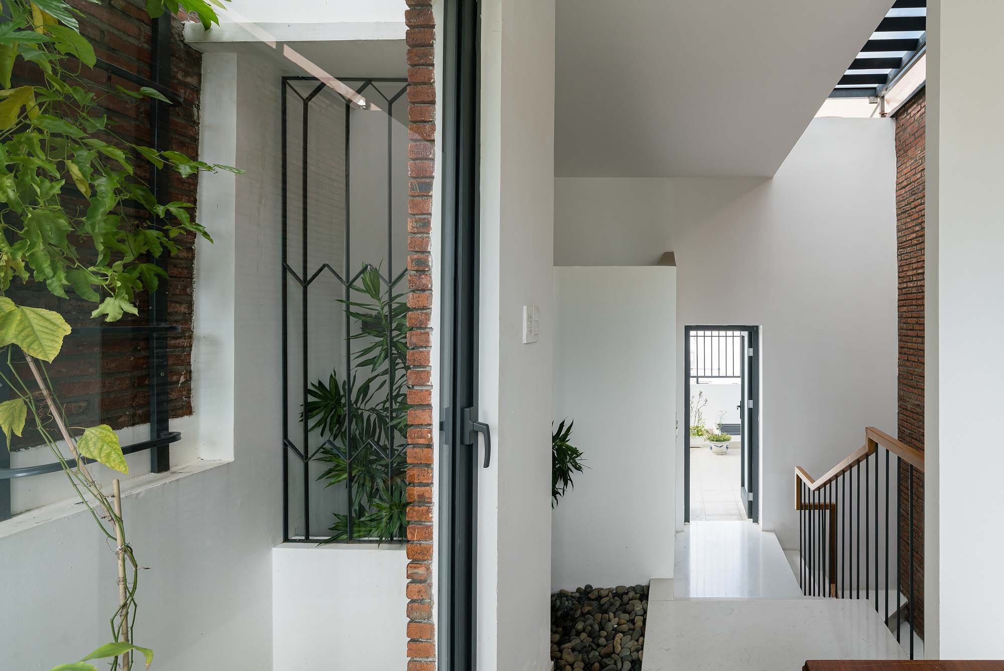 Nhờ chừa chỗ cho các khoảng trống, căn nhà thông thoáng và đủ sáng dù nằm trong con hẻm chỉ rộng 1,2 mét.