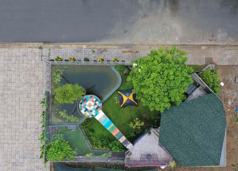 Nằm gần công viên Bảy kỳ quan của huyện Đức Hòa nên ngôi nhà được gia chủ, đồng thời cũng là kiến trúc sư, xoay 45 độ, tạo hình như cánh diều đang no gió.