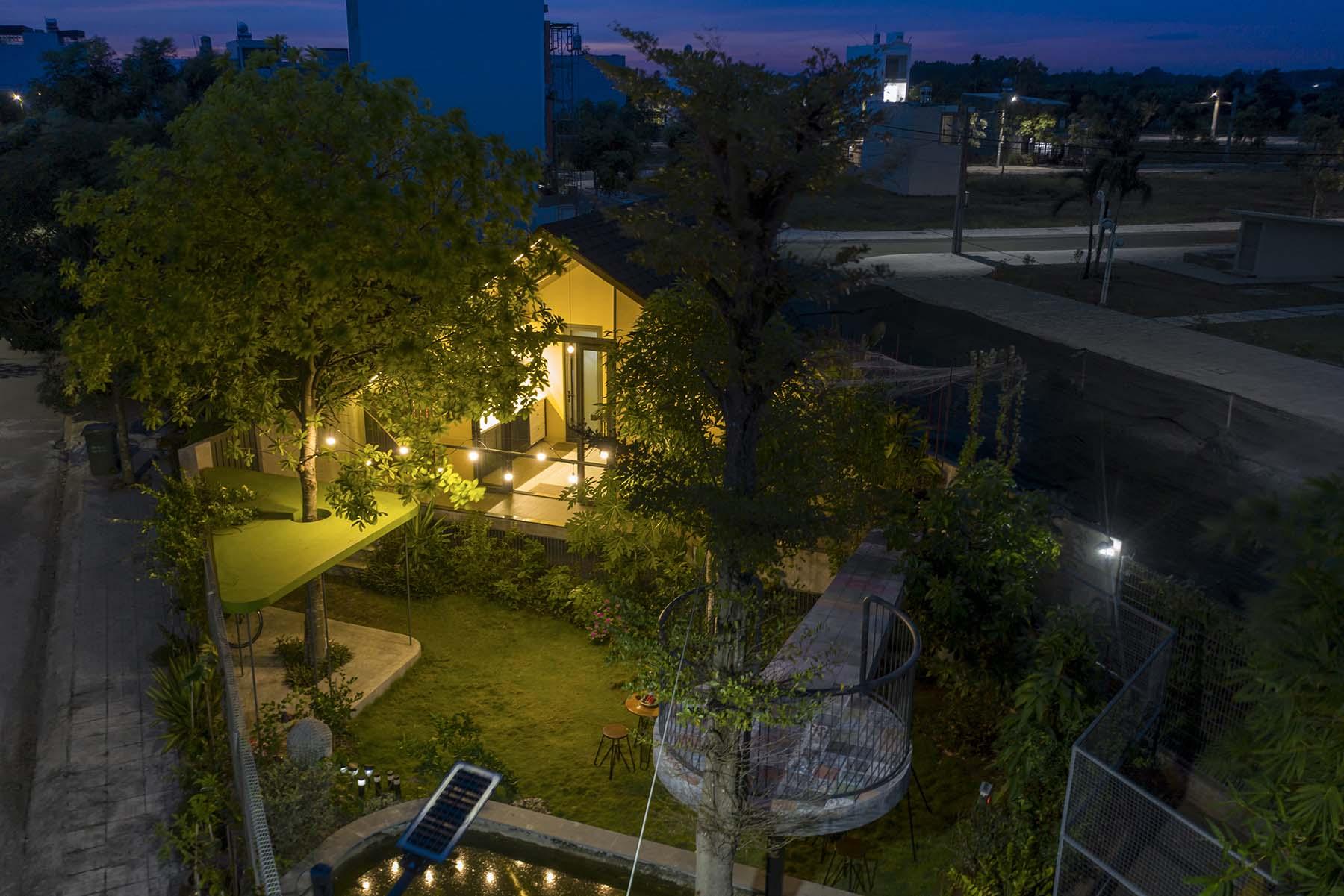 Căn nhà lúc lên đèn. Tổng chi phí hoàn thiện công trình (bao gồm cả sân vườn) là 780 triệu đồng.