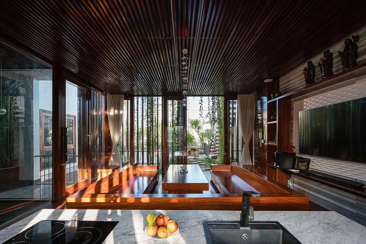 Nhờ khu vườn ngoài trời ở tầng hai, gia chủ có thể vừa nấu nướng thiết đãi người thân vừa ngắm ra không gian xanh. Ảnh: Quang Trần.