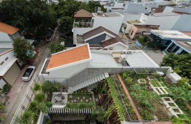 Nhà vườn được xây dựng theo thủ pháp giật bậc, thấp ở phía trước, cao ở đằng sau.