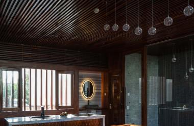 Tầng hai được bố trí khu bếp mở để gia chủ nấu nướng đãi gia đình, bạn bè, đối tác.