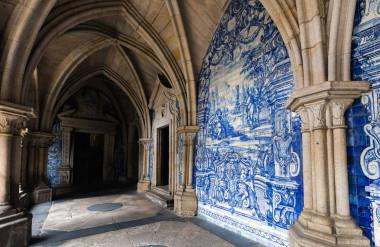 Bức tường Cloister của Nhà thờ Porto (Ảnh: Vladimir Korostyshevskiy / Shutterstock)