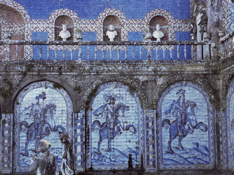 Tác phẩm Azulejo trong Vườn của Cung điện Fronteira ở Lisbon (Ảnh: WorldPhotosadanijs / Shutterstock)