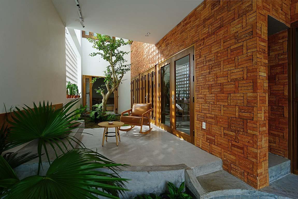 Khoảng thông tầng giữa nhà với nhiều cây xanh là chỗ thư giãn yêu thích của gia chủ. Ảnh: Nguyen Cuong.