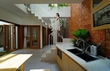 Ngoài khoảng thông tầng chính nối với sân trước, căn nhà còn khoảng thông tầng ở khu cầu thang và bếp.