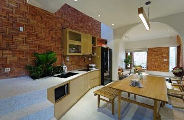 Khoảng thông tầng phía trên bếp giúp mùi thức ăn không ám lại không gian sinh hoạt chung.