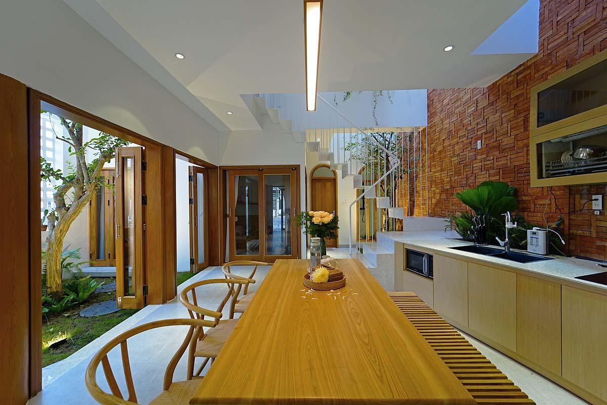 Các khoảng thông tầng nằm rải rác khắp nhà. Trên bếp cũng có khoảng thông tầng để thoát mùi thức ăn. Ảnh: Nguyen Cuong.