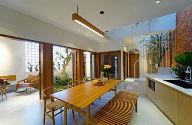 Không gian sinh hoạt chung ngăn cách với khoảng thông tầng chính bằng hệ cửa xếp bằng kính và gỗ.