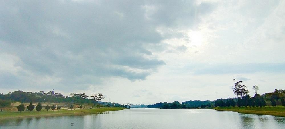 Nét thanh bình trên hồ Xuân Hương.