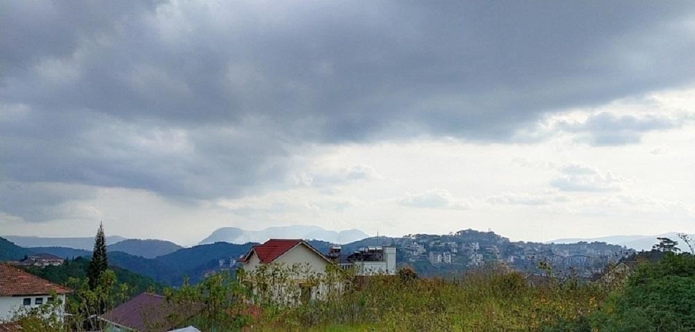 Một phần của trục cảnh quan cây xanh, nhìn từ Dinh Bảo Đại về Núi Voi.