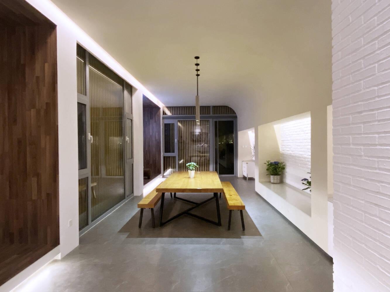 Đèn treo thả không chỉ giúp độ cao trần như tăng lên mà còn tô điểm cho không gian thêm sang trọng