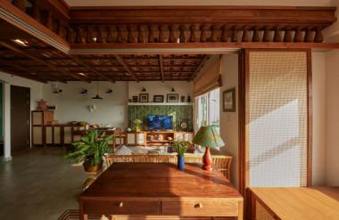 Gia chủ muốn có không gian sống đậm chất Việt nên ngoài phần trần ốp ngói, kiến trúc sư trang trí vách ngăn phòng làm việc bằng con tiện gỗ.
