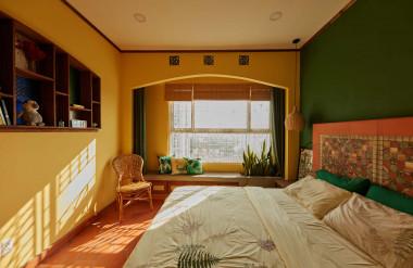 Phòng ngủ rực rõ với màu vàng và xanh lá.