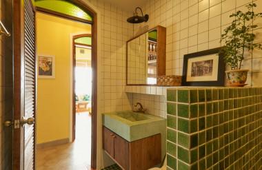 Các phòng tắm trong nhà mang tông xanh.