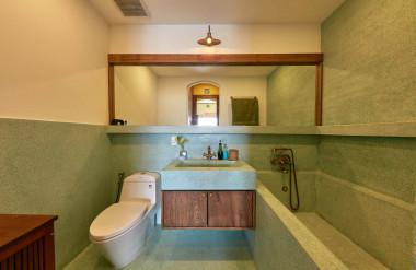 Trong phòng tắm của phòng ngủ, bồn tắm làm bằng đá mài.