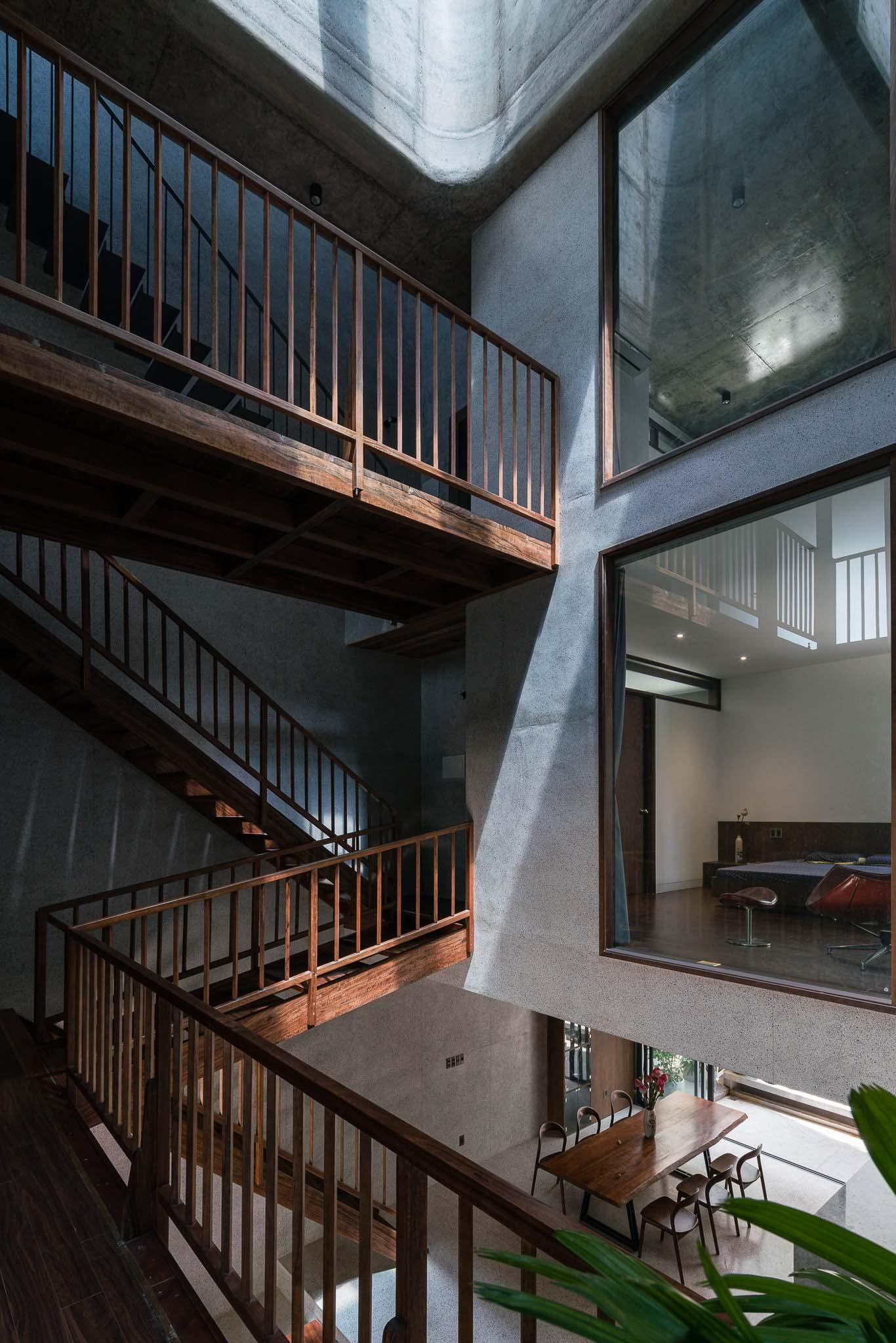 Giếng trời kết hợp thủ pháp lệch tầng lấy sáng và giúp căn nhà thông thoáng.