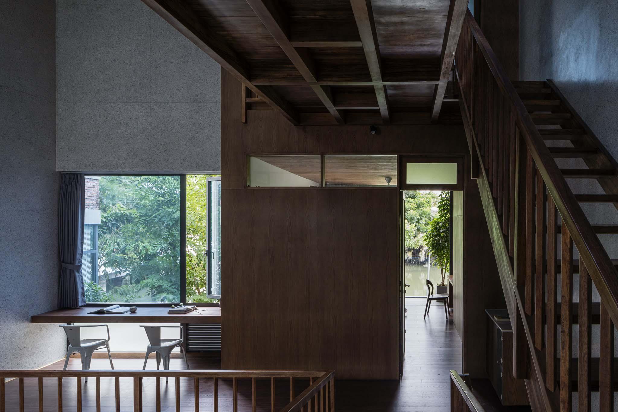Phòng học và phòng ngủ của con chủ nhà nằm ở tầng hai.