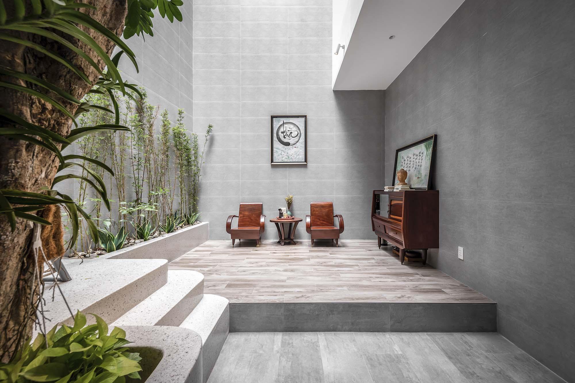 Không gian uống trà của gia chủ nằm phía sau nhà, ngay dưới khoảng thông tầng, xung quanh có cây xanh.