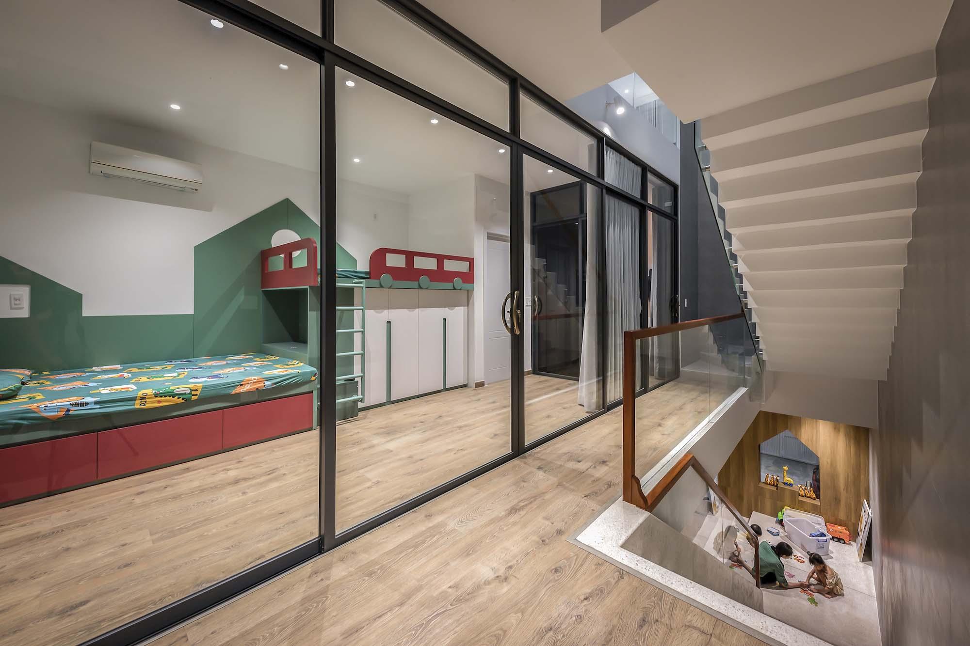 Gia chủ và kiến trúc sư không làm hai phòng ngủ cho trẻ con mà bố trí một phòng ngủ có giường tầng.