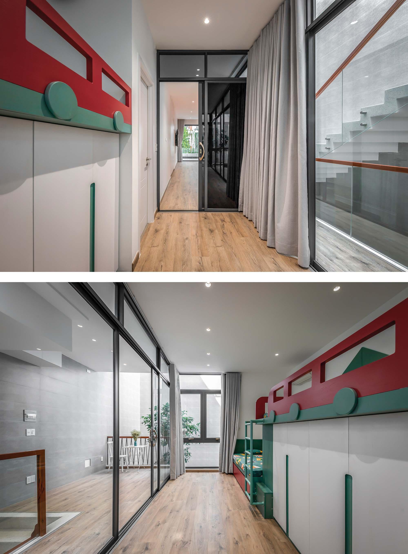 Phòng ngủ trẻ con có cửa thông với phòng bố mẹ, tạo nên không gian liên thông dài cho các bé thoải mái chạy nhảy.