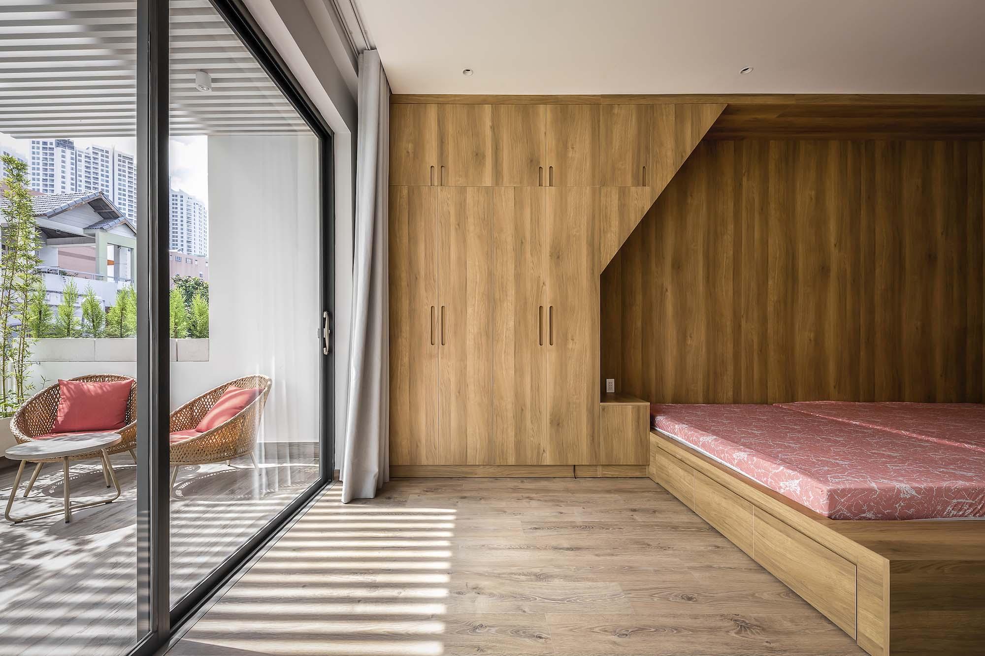 Phòng ngủ bố mẹ kết nối trực tiếp với ban công trước nhà.