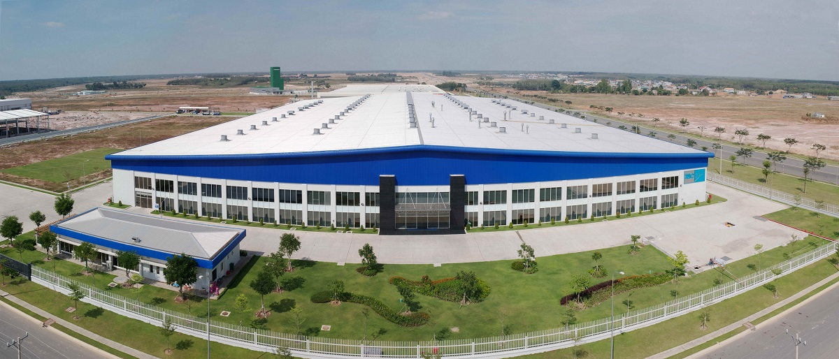Trên nền màu trắng, nhà máy TBC Ball kết hợp với gam màu xanh đậm, tạo hiệu ứng thị giác cho công trình ngay từ xa.