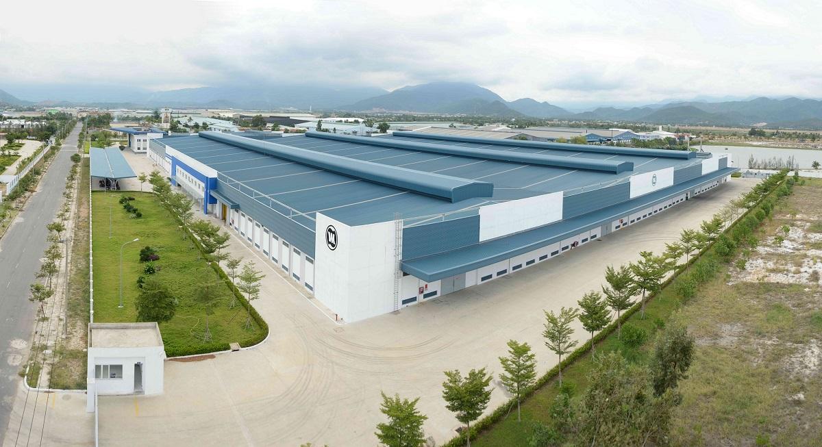 Nhà máy Vinamilk lại sử dụng màu xanh nền nã cho toàn bộ phần mái kết hợp với màu trắng của các bức tường bao quanh, mang lại vẻ đẹp hài hòa cho công trình.