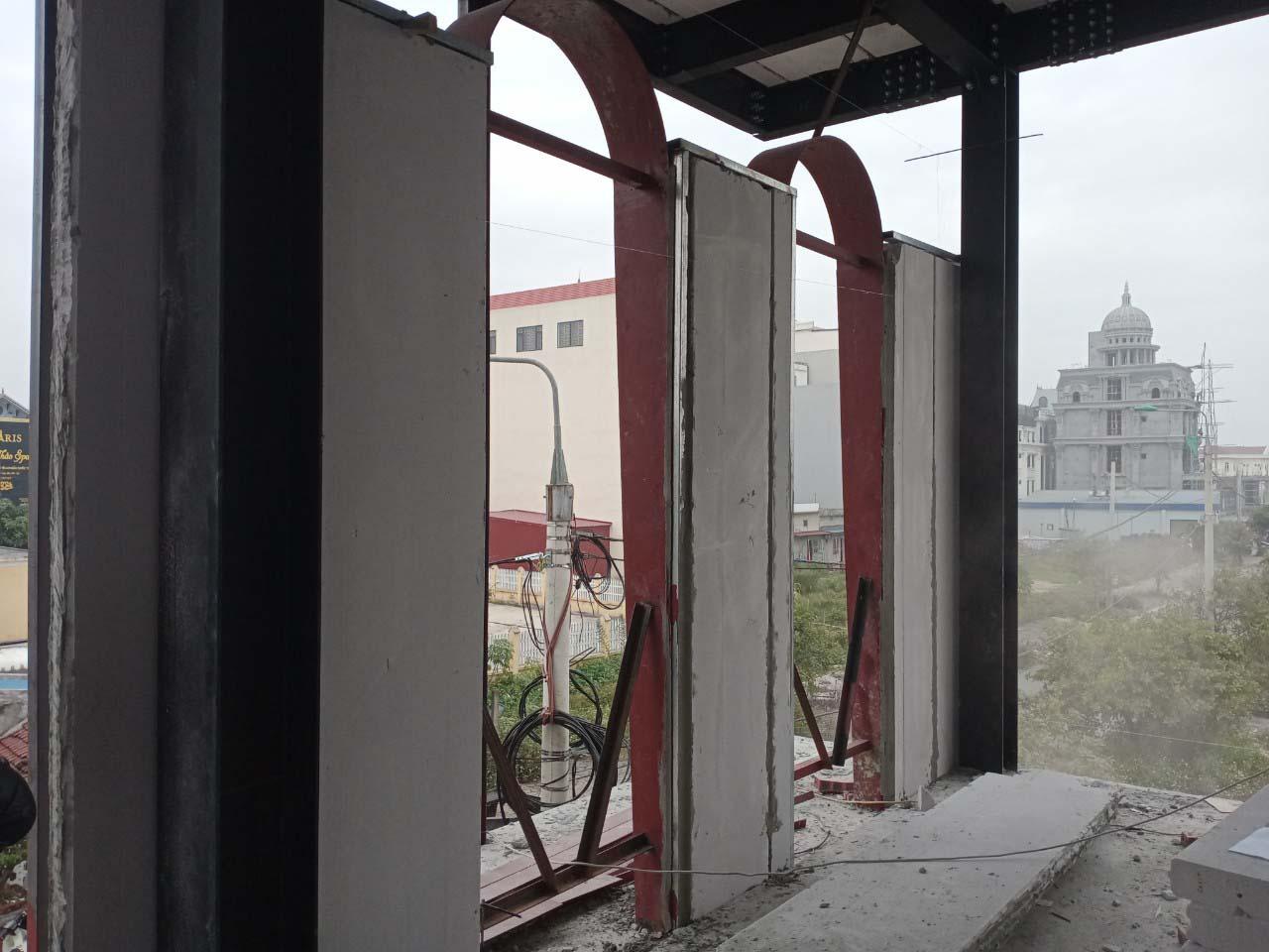 Hệ thống cửa sổ lớn có thiết kế mái vòm tạo không gian mở cho quán