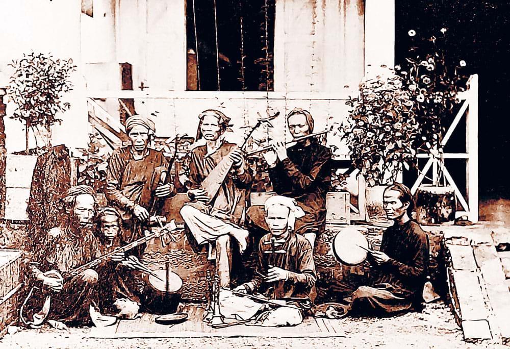 Ban nhạc người Sài Gòn trước ngôi nhà bình dân những năm 1860. Ảnh: Emile Gsell