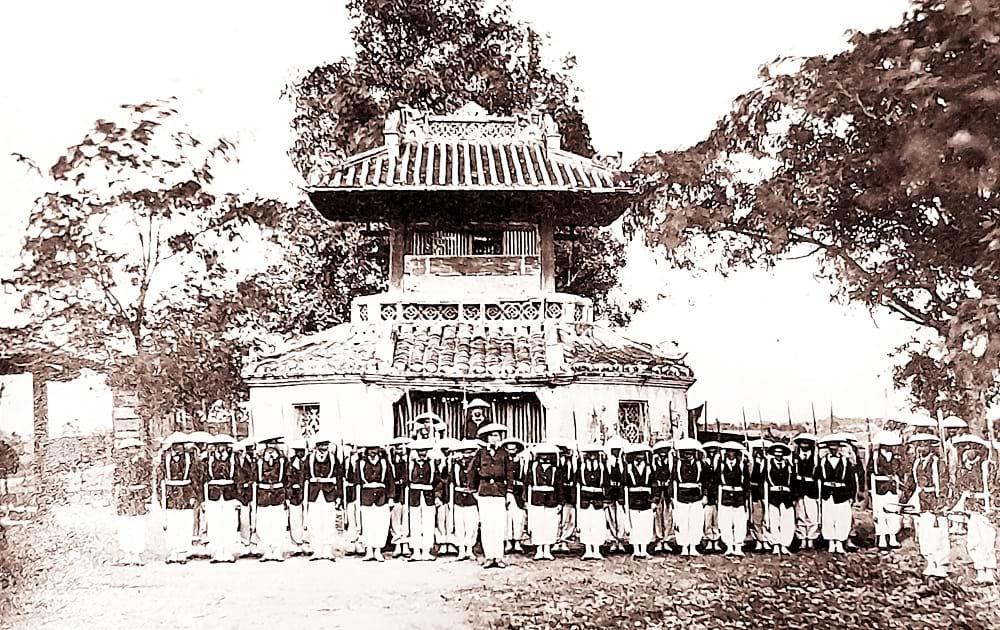 Đồn Cây Mai trên nền chùa Cây Mai, khoảng 1866. Ảnh của Emille GsellĐồn Cây Mai trên nền chùa Cây Mai, khoảng 1866. Ảnh của Emille Gsell