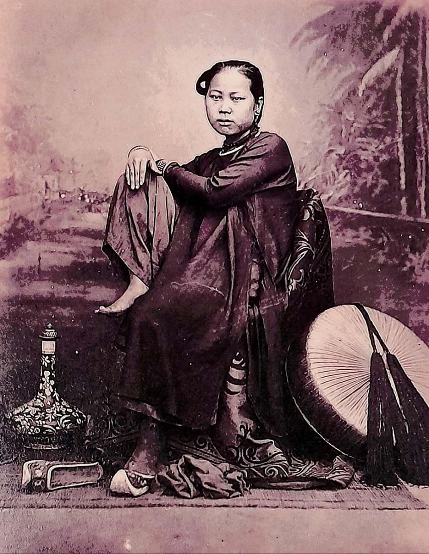 Nam giới và phụ nữ Sài Gòn trung lưu những năm 1860, ảnh của Emille Gsell
