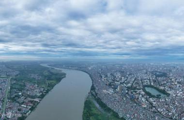 Sông Hồng đoạn chảy qua trung tâm Hà Nội nhìn từ trên cao. Bên phải dòng sông là quận Hoàn Kiếm và Hồ Gươm, bên trái là khu Bồ Đề (quận Long Biên). Ảnh: Ngọc Thành