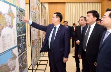 Lãnh đạo TP Hà Nội và Bộ Xây dựng xem bản đồ quy hoạch phân khu nội đô lịch sử được trưng bày tại trụ sở UBND quận Hoàn Kiếm.