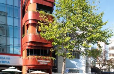 """Công trình nổi bật với màu sơn cam đỏ và những """"dải ruy băng"""" thép."""